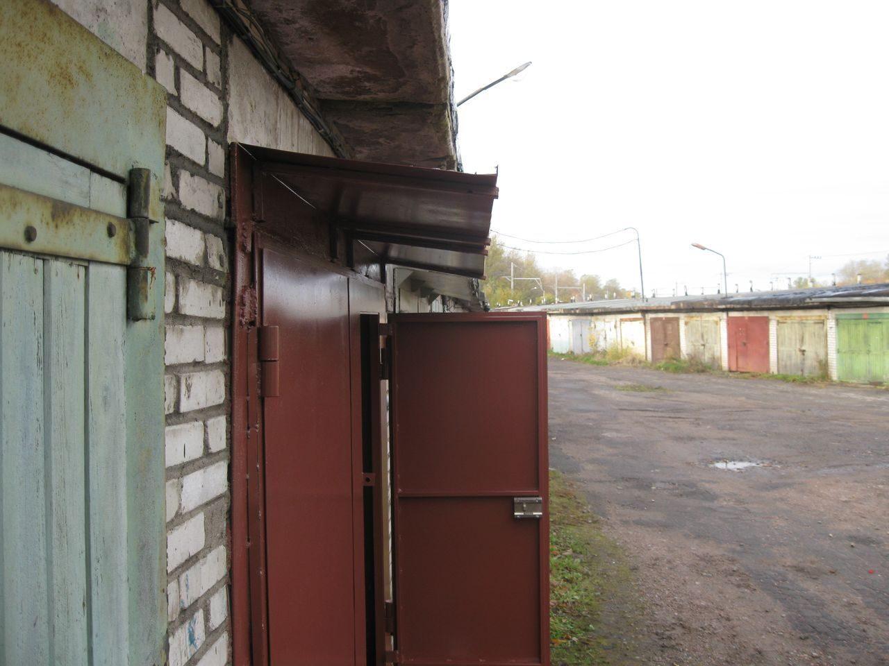 Козырек над воротами: укрывной материал и порядок